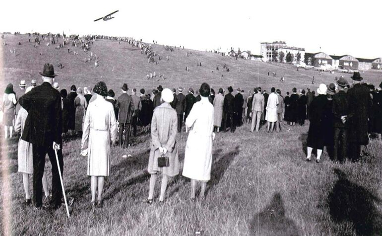 1920er-/1930er-Jahre: (Bild rechts) Segelflugplatz