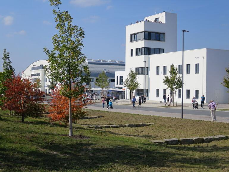 Der neue Treffpunkt Tower und das neue Nahversorgungszentrum Hubland.